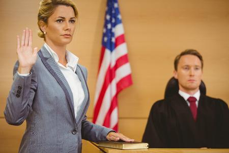 mandato judicial: Testigo de jurar sobre la Biblia dice la verdad en la sala del tribunal