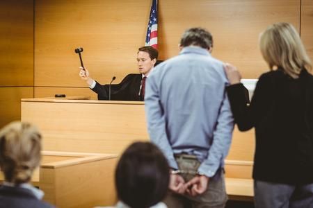 court order: Juzgar a punto de golpear el martillo en bloque de sondeo en la sala del tribunal Foto de archivo