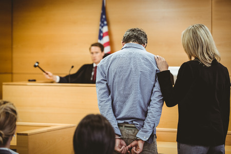 derecho penal: Juzgar a punto de golpear el martillo en bloque de sondeo en la sala del tribunal Foto de archivo
