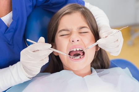 asustado: Retrato de un paciente joven asustado en examen dental en la cl�nica Foto de archivo