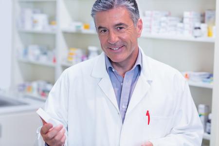 bata de laboratorio: Portrait of a smiling pharmacist wearing lab coat in the pharmacy