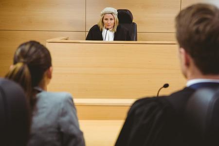 orden judicial: Juez hablar con los abogados para tomar una decisión en la sala del tribunal