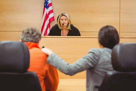 prisionero: Juez y abogado discutiendo la sentencia por preso en la sala del tribunal