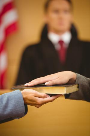 zeugnis: Zeugen schw�ren auf die Bibel die Wahrheit in den Gerichtssaal