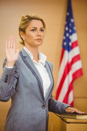 orden judicial: Testigo de jurar sobre la Biblia dice la verdad en la sala del tribunal