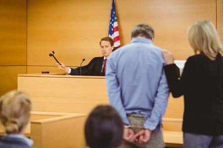 orden judicial: Juzgar a punto de golpear el martillo en bloque de sondeo en la sala del tribunal Foto de archivo
