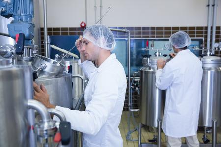 bata de laboratorio: Los cient�ficos que usan bata de laboratorio y redecilla en la f�brica