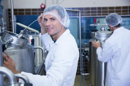 brewer: Retrato de un sonriente cient�fico que trabaja con cerveza en la f�brica