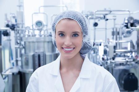 Ritratto di uno scienziato sorridente che porta i capelli netto in fabbrica Archivio Fotografico - 44768653