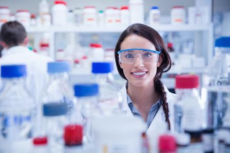 bata de laboratorio: Retrato de un qu�mico sonriente llevaba gafas de seguridad en el laboratorio Foto de archivo