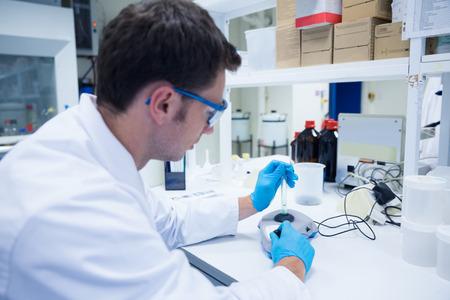 chemistry: Primer plano de un qu�mico utilizando una centr�fuga en el laboratorio Foto de archivo