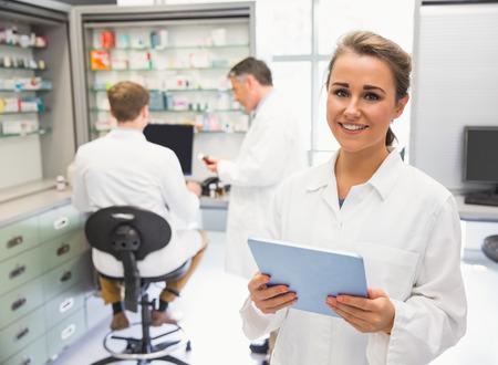 farmacia: Farmac�utico junior con tablet pc en la farmacia del hospital