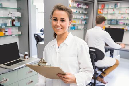 farmacia: Farmacia pasante sonriendo a la c�mara en la farmacia del hospital Foto de archivo