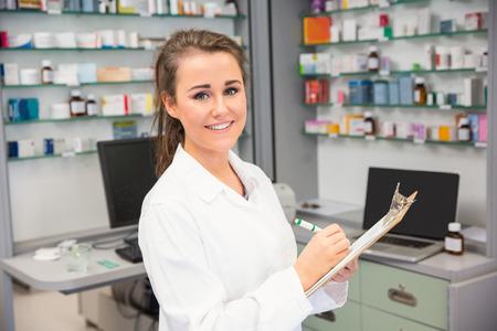 farmacia: Pasante Farmacia escrito en el portapapeles en la farmacia del hospital