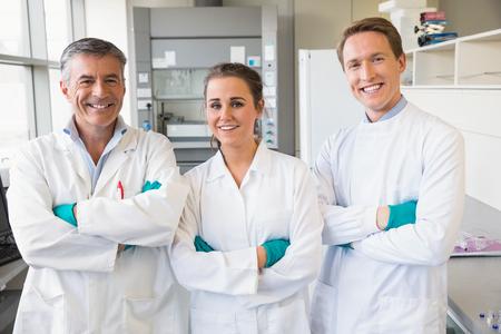 bata de laboratorio: Equipo de científicos que trabajan juntos en el laboratorio
