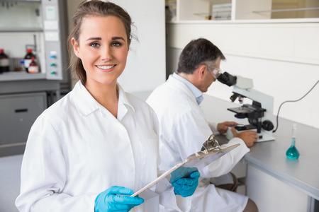 bata de laboratorio: Equipo de cient�ficos en el trabajo en el laboratorio