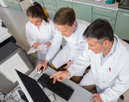 estudiantes medicina: Equipo de cient�ficos que trabajan juntos en el laboratorio