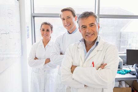 bata de laboratorio: Los estudiantes de ciencias y profesor sonriendo a la c�mara en el laboratorio