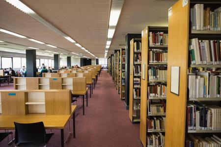 大学図書館の本棚に書籍のボリューム