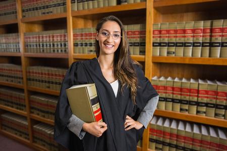 à   law: Abogado bonita que mira a la cámara en la biblioteca de derecho en la universidad Foto de archivo