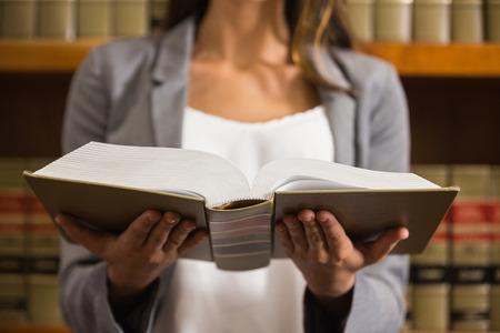 ley: Lectura de Abogado en la biblioteca de derecho en la universidad Foto de archivo