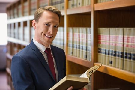 Knappe advocaat in de wet bibliotheek aan de universiteit Stockfoto
