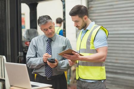 inventario: Retrato de los trabajadores manuales escanear paquete en el almac�n