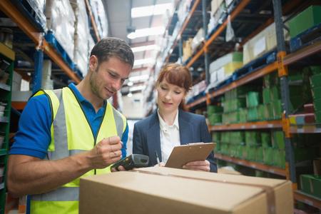 GERENTE: Retrato de paquete de trabajador manual y el gerente de exploración en el almacén