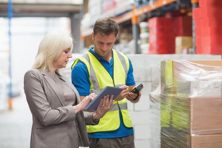 Manager à l'aide tablette tout package de balayage des travailleurs dans l'entrepôt Banque d'images - 36413331