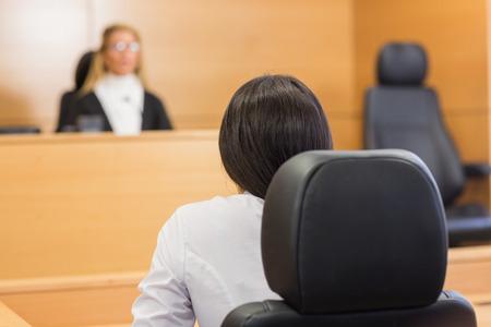 orden judicial: Abogado de escuchar al juez en la sala del tribunal