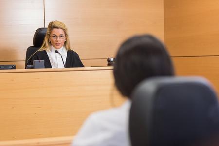Prawnik słuchać sędziego na sali sądowej