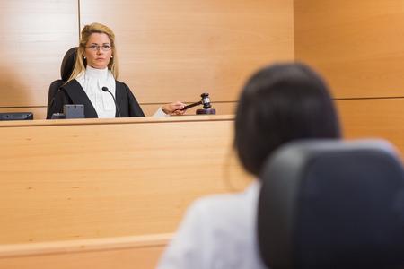 martillo juez: Abogado de escuchar al juez en la sala del tribunal