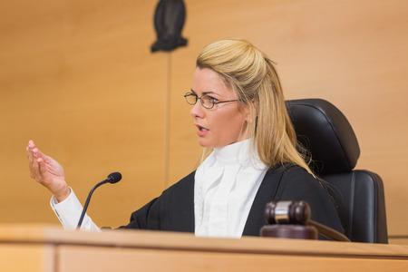 mandato judicial: Juez severo de hablar ante el tribunal en la sala del tribunal Foto de archivo