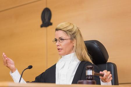 orden judicial: Juez severo de hablar ante el tribunal en la sala del tribunal Foto de archivo