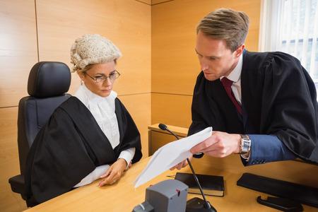 mandato judicial: Abogado de hablar con el juez en la sala del tribunal