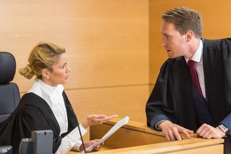 법원에서 판사와 이야기하는 변호사