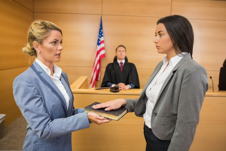 Testimone giuramento in aula Archivio Fotografico - 36415957