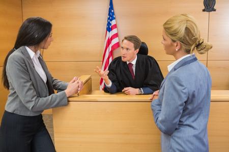 mandato judicial: Los abogados de habla con el juez en la sala del tribunal