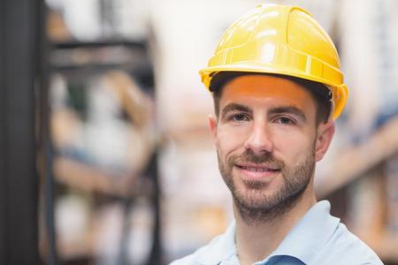 obrero trabajando: Close up retrato de trabajador llevaba casco en el almac�n