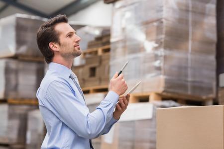inventario: El gerente de almac�n de comprobar su inventario en el almac�n