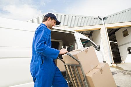 chofer: Conductor de la entrega de embalaje su camioneta en un gran almac�n Foto de archivo