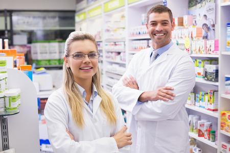 farmacia: Personas de farmac�uticos sonriendo a la c�mara en la farmacia del hospital