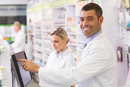 farmacia: Personas de farmac�uticos que usan el ordenador en la farmacia del hospital