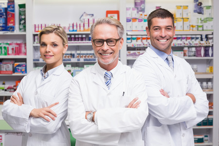 Team van apothekers glimlachen op camera bij de apotheek