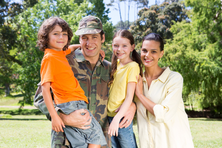 soldado: Apuesto soldado reunirse con la familia en un d�a soleado