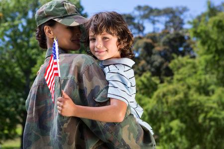 soldado: Soldado reunirse con su hijo en un día soleado Foto de archivo