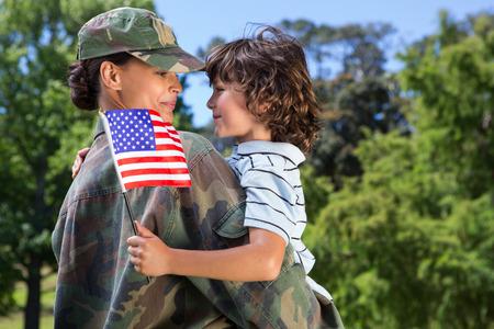 군인 맑은 날에 그녀의 아들과 재회