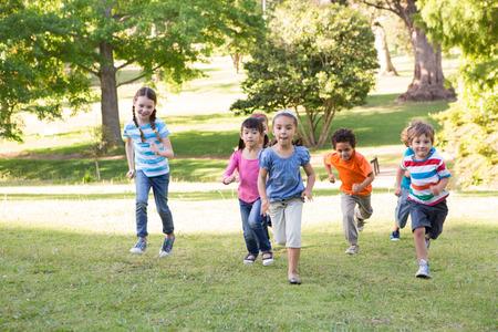 kinderschoenen: Kinderen rennen in het park op een zonnige dag