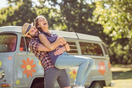 Hipster pareja se divierten juntos en un día de verano Foto de archivo