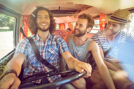 route: Hipster amis sur road trip sur un jour d'été Banque d'images